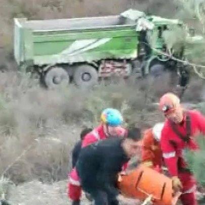 太原:渣土车掉入山沟司机被困!多部门紧急救援!(视频)
