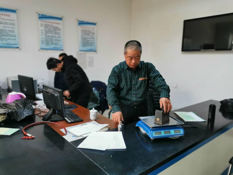 根河市市场监管局到阿龙山镇开展计量衡器和加油机检定工作