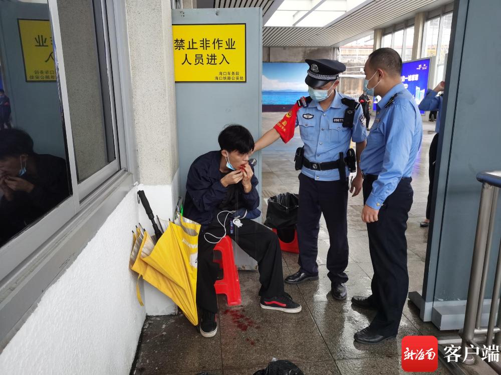 暖心!万宁铁警紧急救助一受伤旅客