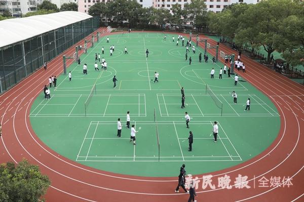 """体育之育 这所中学的操场有魔法!篮板竟会""""72变"""",让学生爱上运动"""