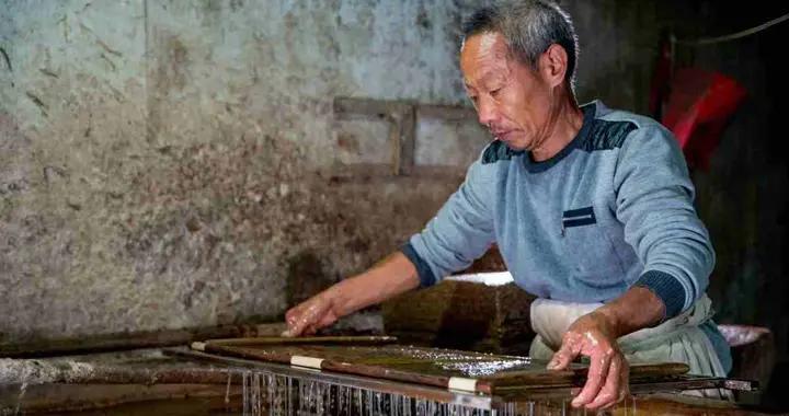 """纸业""""活化石""""桑皮纸是怎样制成的?需历经36道工序,纯手工技术活"""