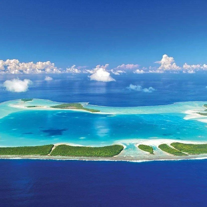 金卡戴珊40岁生日跑去私人小岛奢华度假..她自称谦卑,网友们把她喷成了筛子..