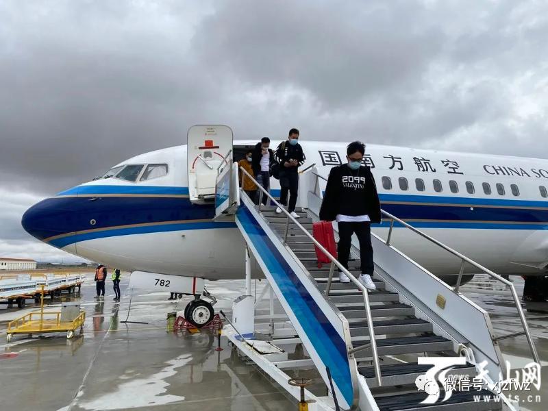 """滑雪包机抵达富蕴 实现新疆冬季冰雪旅游""""开门红""""图片"""