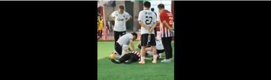 长春一男子踢球时突然倒地失去知觉 球友医生跪地急救