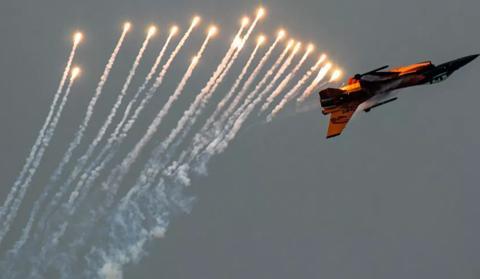 美战机在特朗普集会上空拦截客机 发射信号弹