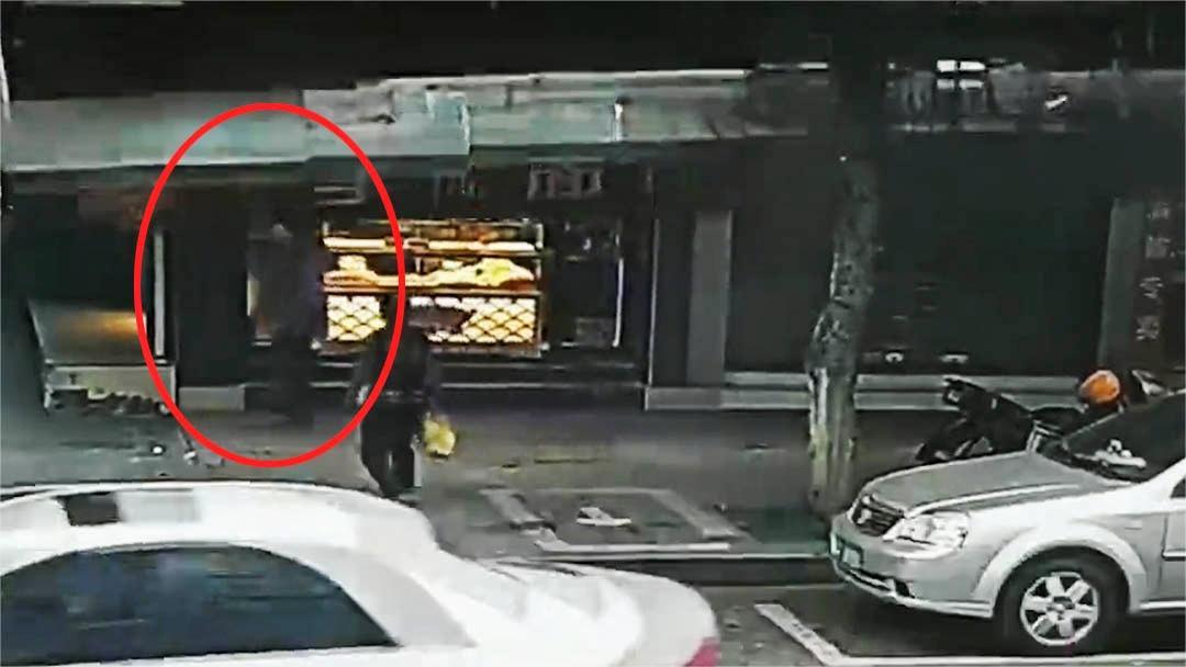 祸从天降!广东一店铺广告牌突然掉落砸中路过老人 市民合力救援