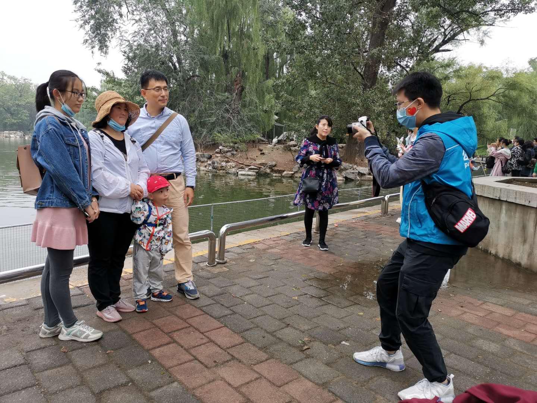 """动物园志愿者节日上岗 劝阻不文明行为""""主盯""""孩子图片"""