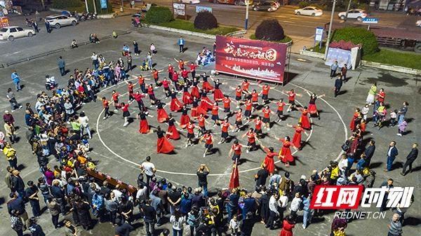 为庆祝双节 冷水江市梁塘社区举行了广场