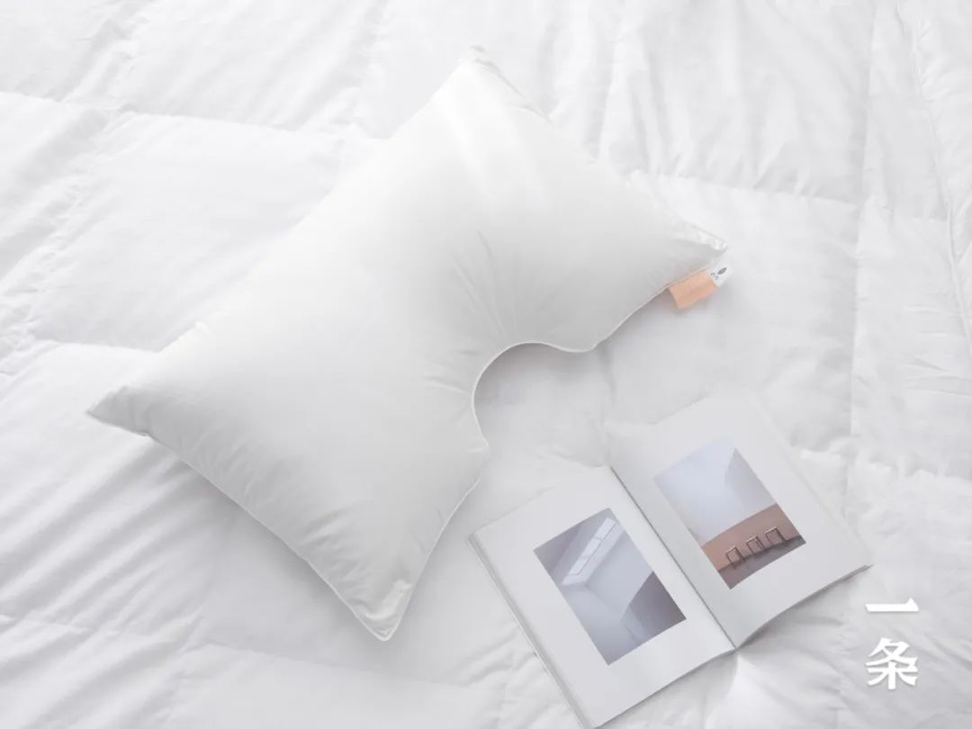 给你拥抱感的枕头,一面乳胶,一面羽绒,睡感超赞