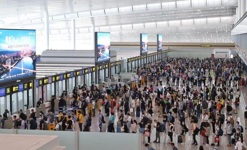 长假首日,江北国际机场迎送旅客13.7万人次图片