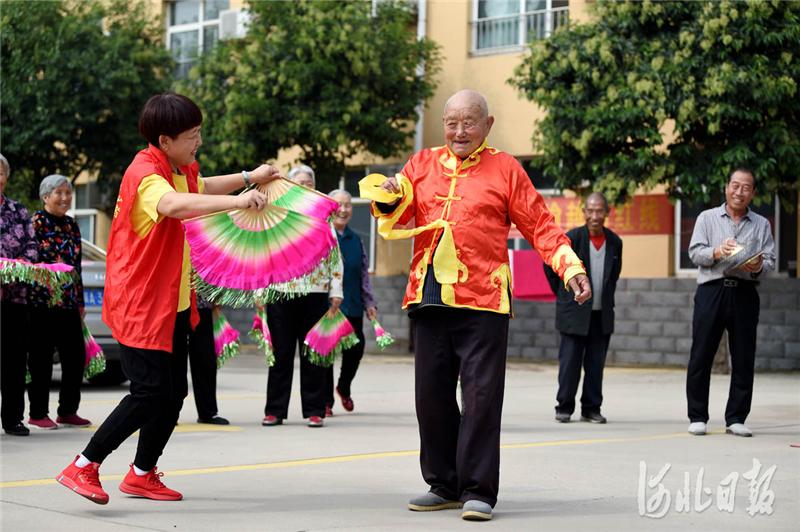 河北邢台:志愿者和老人共庆双节