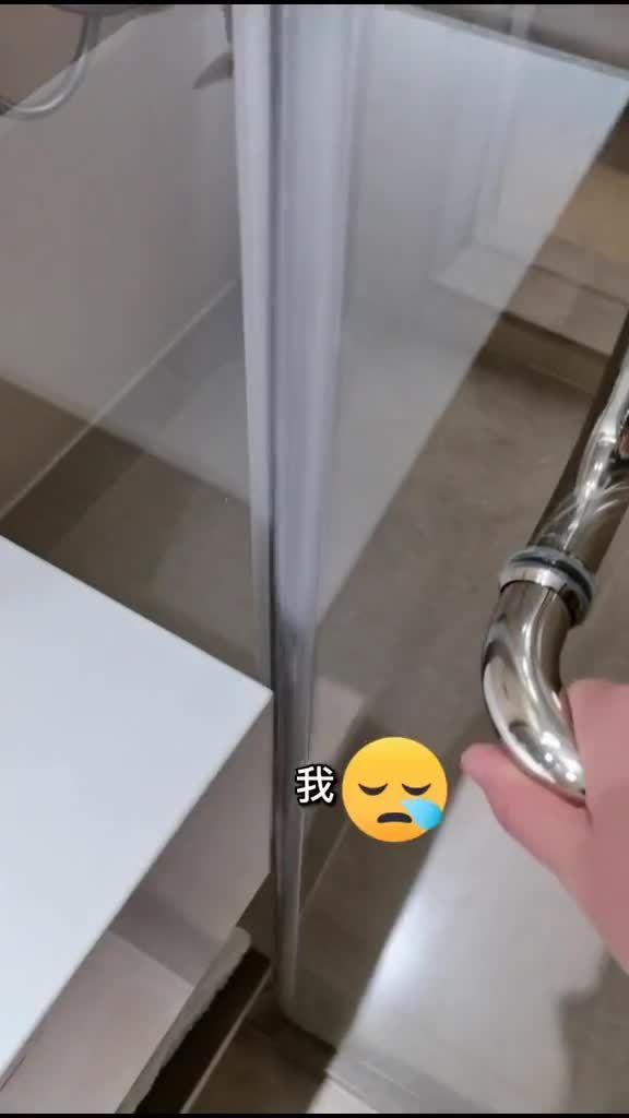 问问人人这个旅店淋浴间的门要如何才能出来?