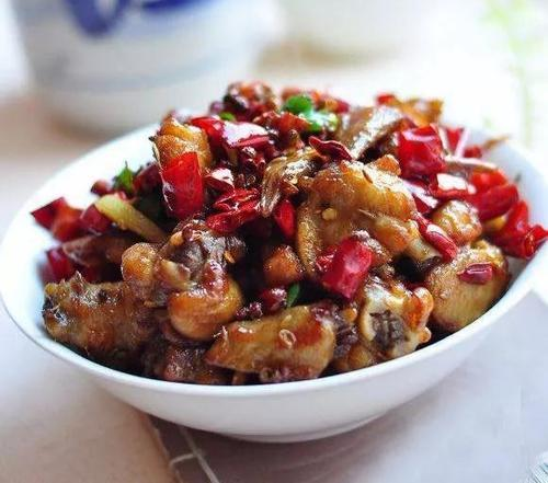 美食精选:卷心菜牛肉汤、辣子鸡翅、香蒸荔浦芋头