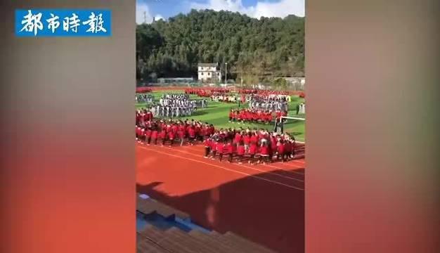 丽江一中学将课间操改为民族舞 :学校有25个民族的学生