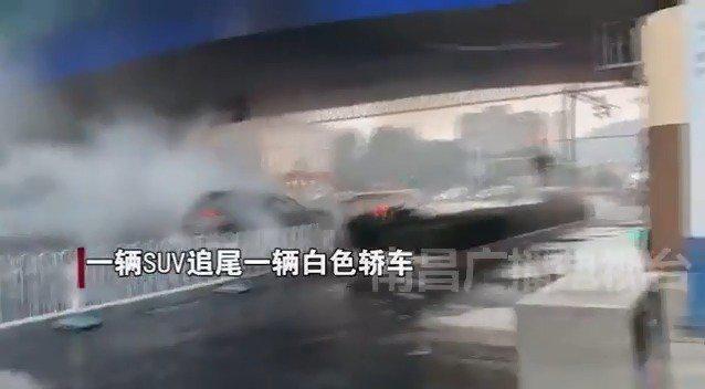 两车追尾发生爆炸疑似醉猫闯祸