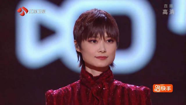 李宇春合作国乐大师方锦龙带来了《新物种+岁岁平安》……