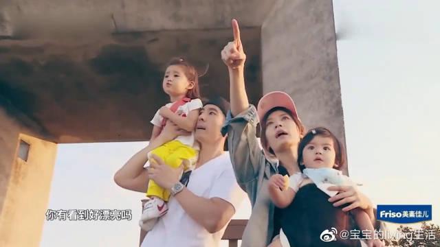 贾静雯带一家人看海,咘咘和波妞超可爱,这场面太幸福!太温馨啦