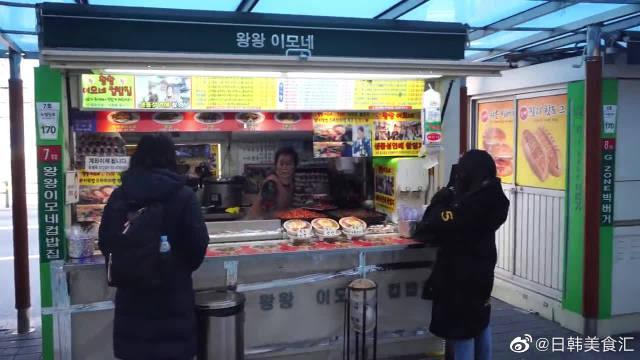 韩国街头美食铁板烧盖浇饭,午餐肉绿豆芽培根炒熟盖在米饭上面