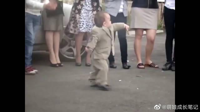 两岁小娃在婚礼上跳起了舞,舞姿不错哇!