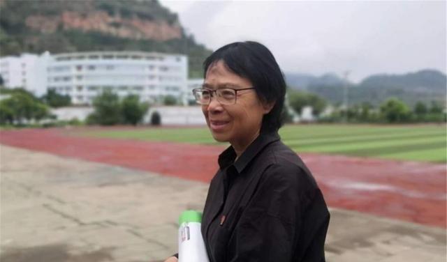 学生上门捐款,张佳梅为何要愤怒拒绝?看完她的经历你就懂了