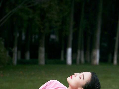 宋佳一改往日霸气形象,粉色连衣裙甜美优雅,尽显小女人的娇羞感
