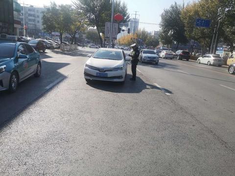 辽阳白塔:交警利用缉查布控系统查处一辆逾期未年检小型车辆