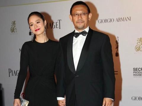姜文老婆周韵打扮不像40多岁,身穿印花蓬蓬裙,加点黑纱更显妩媚