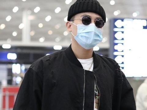 欧豪穿黑色棒球服现身机场,戴墨镜针织帽疙瘩气十足