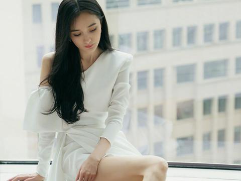 44岁林心如和34岁杨幂,双双挑战斜肩裙造型,不是年轻就能赢!
