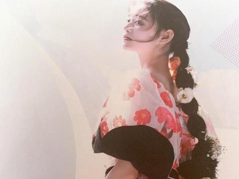 蒋依依杂志大片来袭,穿着公主裙和细高跟,蹲下拍照