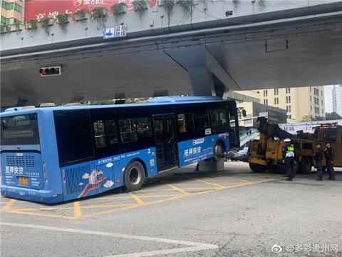 突发!贵阳一公交车撞上高架桥致十余人受伤