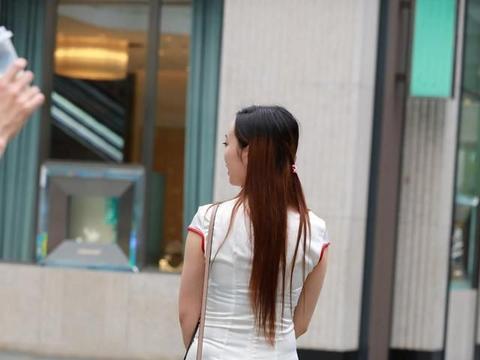 街拍:蓝色碎花搭配深灰色短裤,个性有魅力