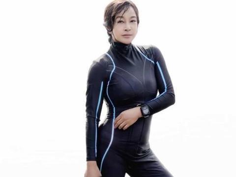 懒理前夫重提当年情,刘晓庆生日穿紧身游泳衣下水,身材不服老