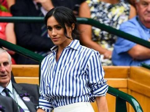 梅根真挺懂时尚,穿条纹衬衫显知性,衣角掖裤子里腰围依旧纤细