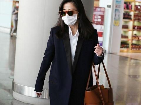 梅婷现身走机场,穿长大衣配4万2包有气场,45岁还有小细腿