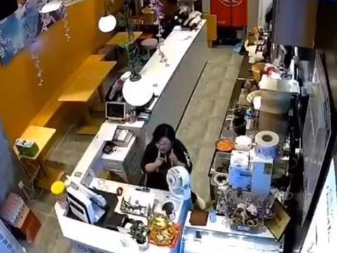 南京一奶茶店突然冲进一头野猪,直接攻击营业员,说是阿里巴巴的