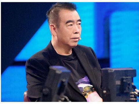 郭敬明点评唐一菲失态,双手叉腰表情不满,流量与资源哪个重要?