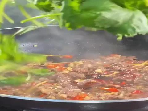 广东美食: 香菜牛肉,有多少宝宝们喜欢吃香菜的。