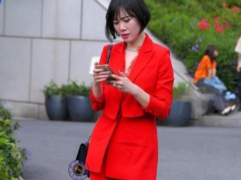 红色西服套装搭配紫色尖头细跟鞋,精简干练,气质迷人