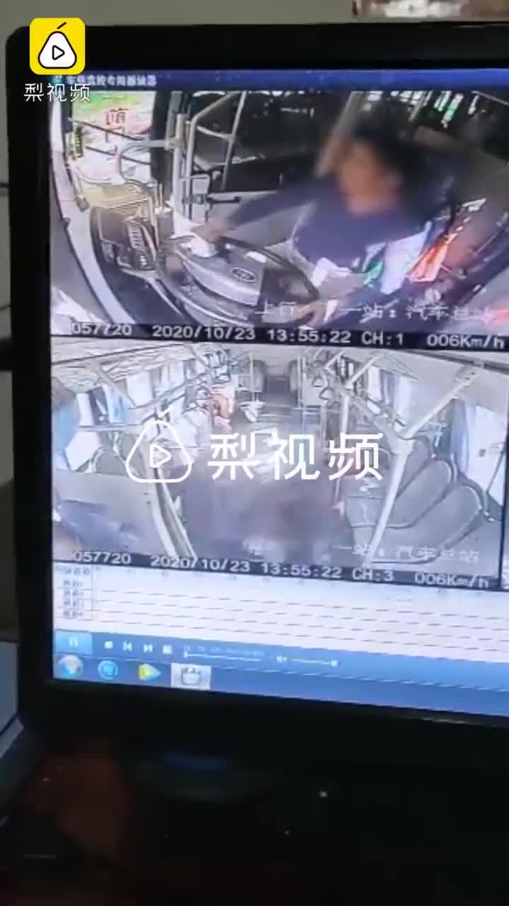 老太疑下车未果脱鞋殴打公交司机,知情人:警方已介入调查