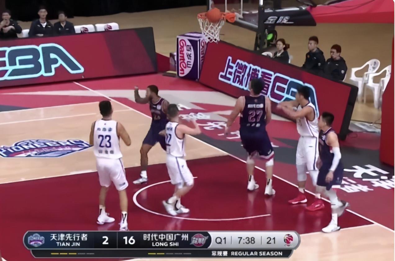 广州半场狂胜鱼腩16分!两后卫3分球弹无虚发,郭士强疯狂鼓掌