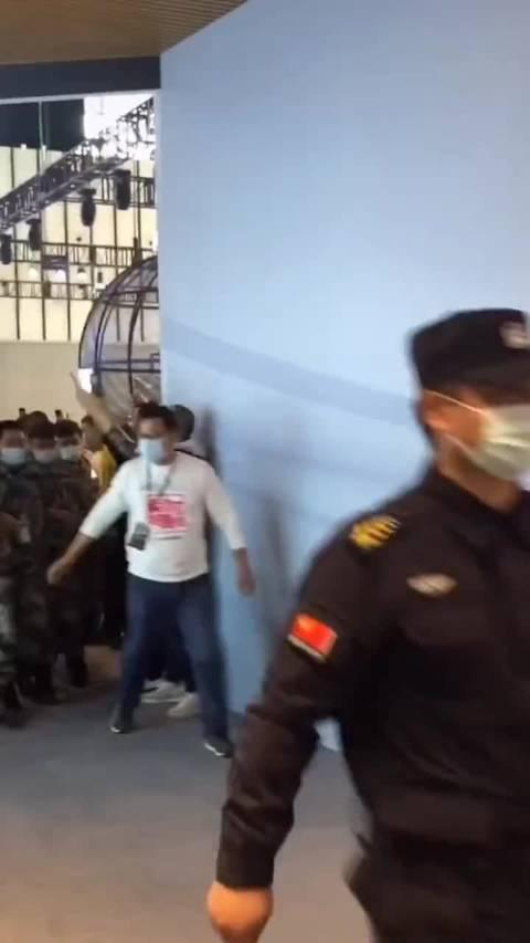 几十个保安结成人墙保护马天宇,以防粉丝冲上来