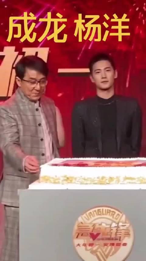 在电影《急先锋》发布会上,成龙和杨洋两个人在偷偷吃蛋糕……