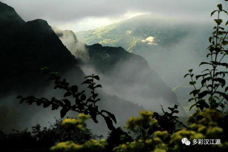 清秋,巴山的云海是壮美的,是值得去欣赏的,它在大山之中……