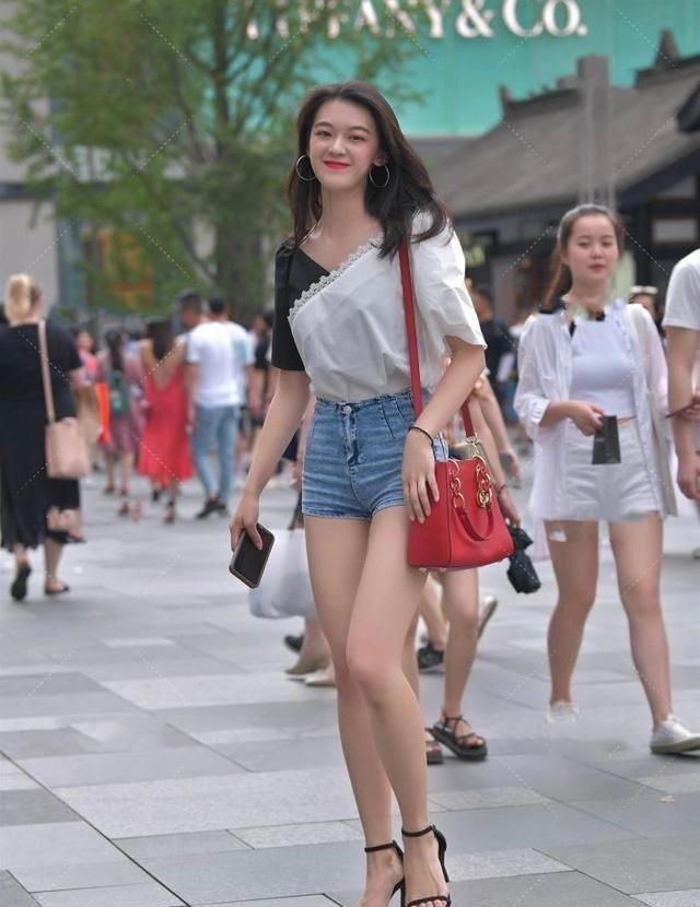 黑白雪纺上衣搭配牛仔短裤,从容优雅,笑容迷人