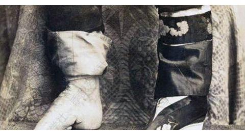 美国人拍的晚清旧照:富家小姐颜值惊艳,码头船工的午餐令人作呕