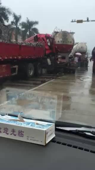 雨天路滑!阳春三台大货车发生追尾 ,中间小车被夹扁....