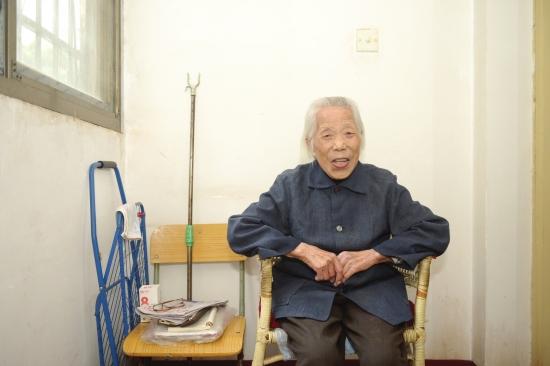 """湖南103岁精致娭毑的日常:爱看报爱运动,爱追偶像剧,""""看到年轻人就有活力"""""""