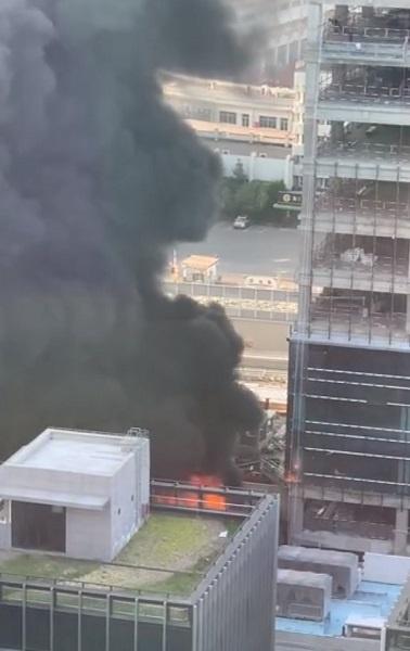 今天下午隆昌路近周家嘴路一单位发生火情 多辆消防车现场处置