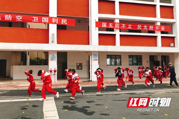 郴州市人防办和市二十一完小开展人防疏散演练